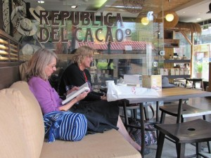 Reading in Spanish in a coffee house